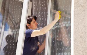 Nő ablakot mos