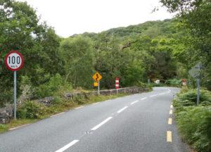 Százas korlátozás egy Kerry megyei szerpentinen