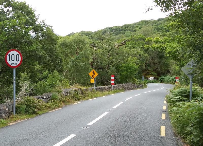 Ezen a kanyargós hegyi úton legfeljebb százzal szabad menni