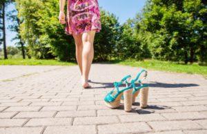 Elhagyott magassarkú cipők és távolodó női mezítlábak a járdán