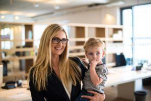 Édesanya a munkahelyén kisgyerekkel az ölében